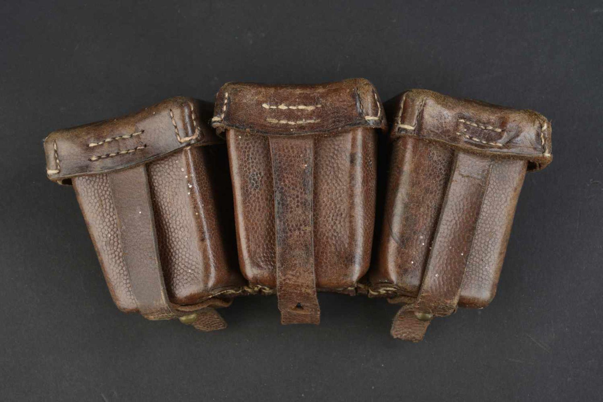 Cartouchière datée 1914 En cuir grenelé marron, trois compartiments. Fabrication Carl Ackva