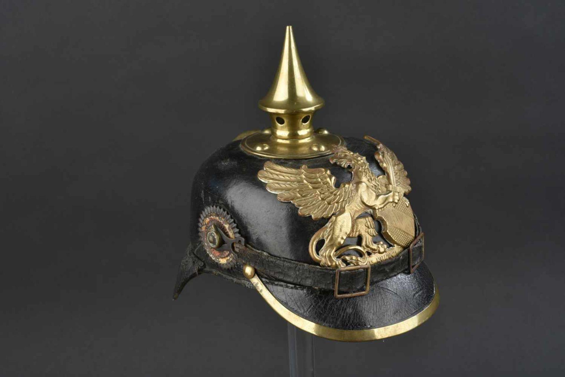Casque badois 1895 Bombe en cuir, légèrement craquelée. Plaque badoise d origine. Bonnes cocardes.