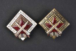 2 modèles d'insignes d'excellent artilleur type 1936, numérotés. Cette pièce provient de la