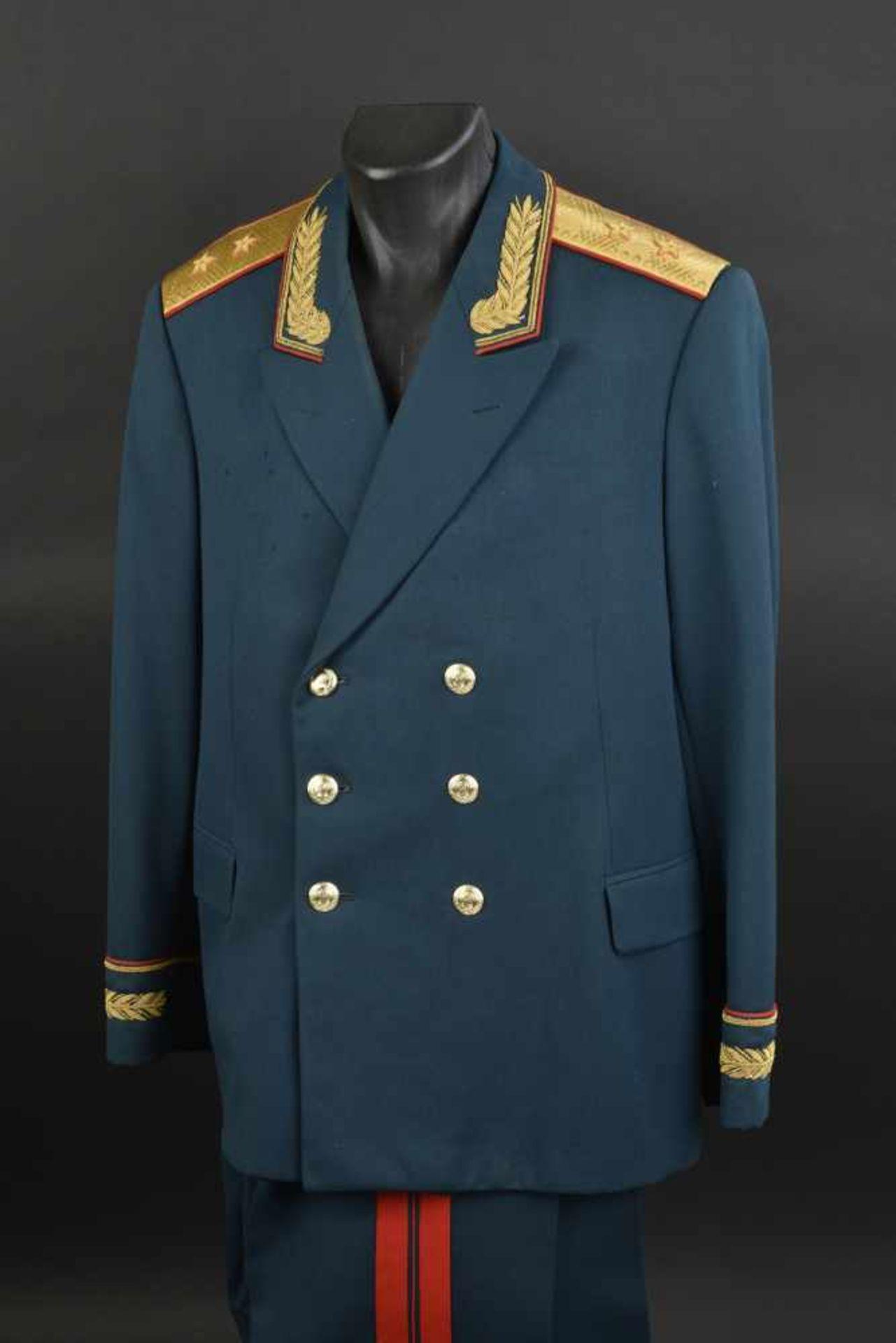 Los 47 - Uniforme de Lieutenant Général soviétique de 1967. En tissu vert foncé, grade de Lieutenant Général,