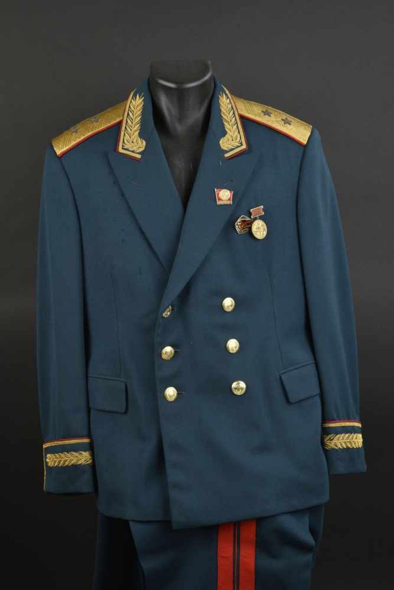 Los 51 - Uniforme de Lieutenant Général Soviétique de 1967. En tissu vert foncé, grade de Lieutenant Général,