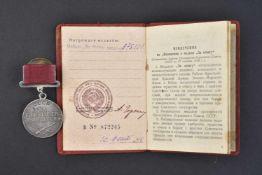 Médaille pour le mérite au combat type 1, n° 375101 avec son livret d'attribution. Cette pièce
