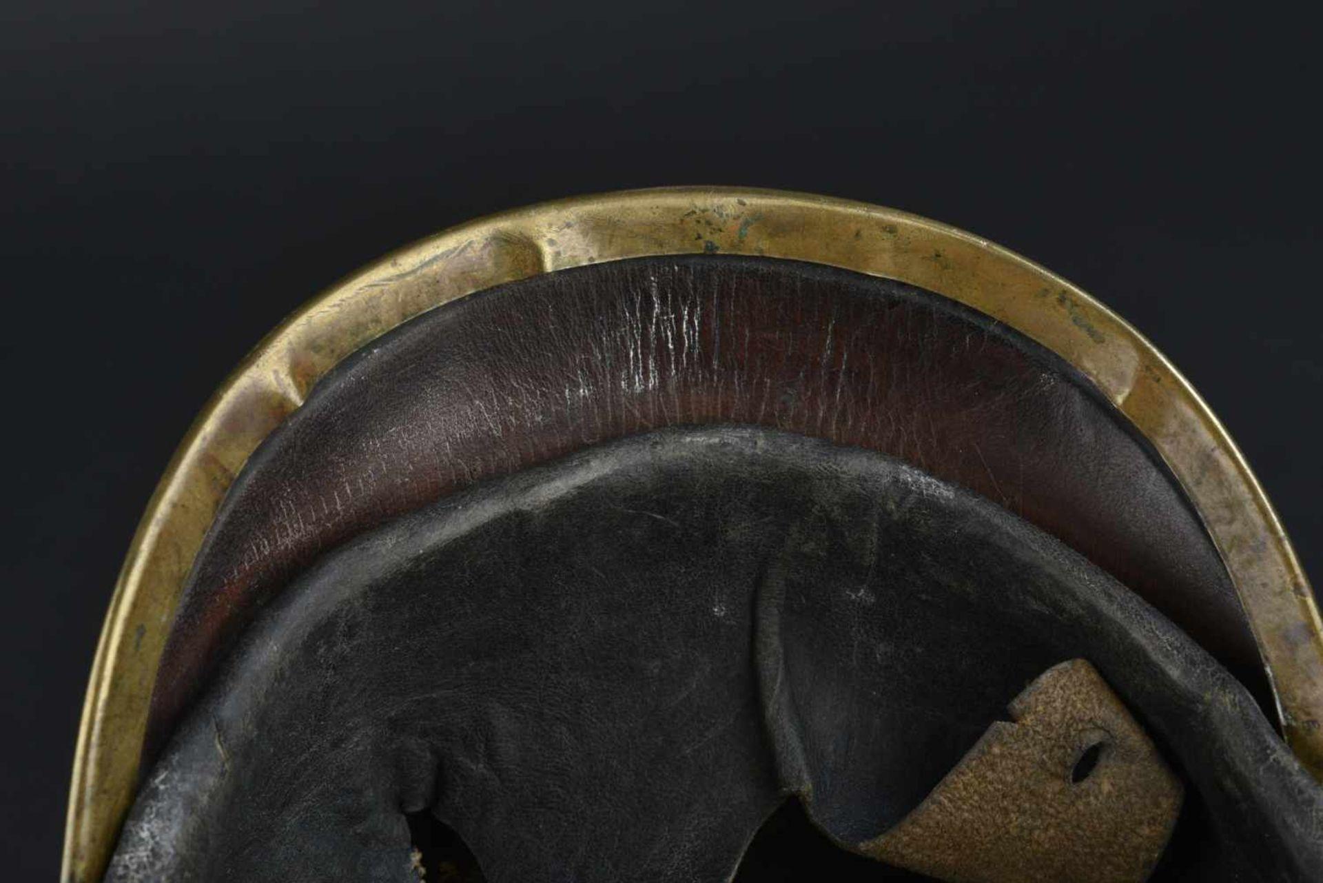 Casque badois 1895 Bombe en cuir, légèrement craquelée. Plaque badoise d origine. Bonnes cocardes. - Bild 3 aus 4