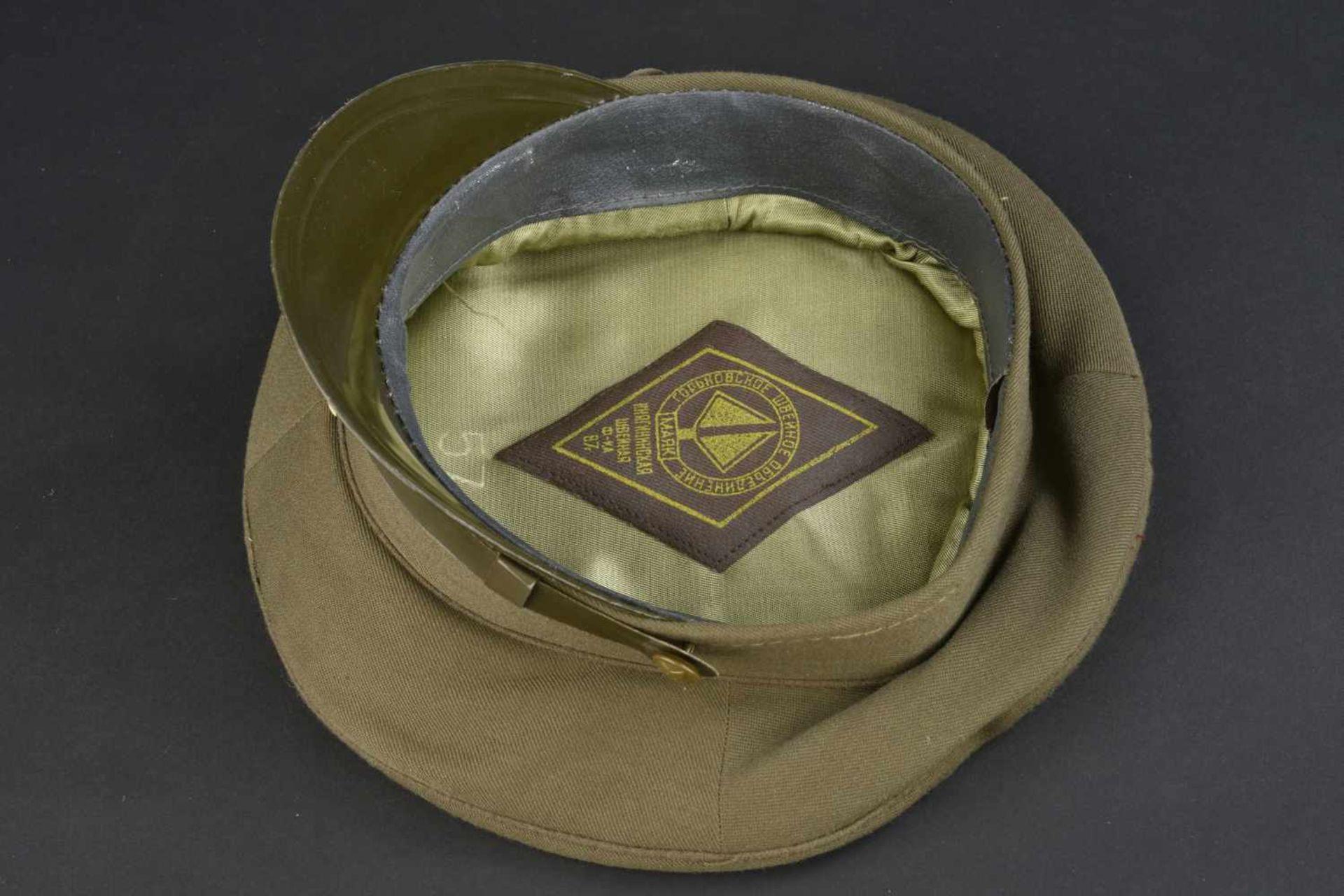 Casquette combat officier soviétique En tissu kaki, insigne métallique. Jugulaire complète. - Bild 3 aus 4