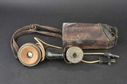 Combiné téléphonique dans sa housse en cuir Combiné en métal et bois, peinture Feldgrau à 80%,