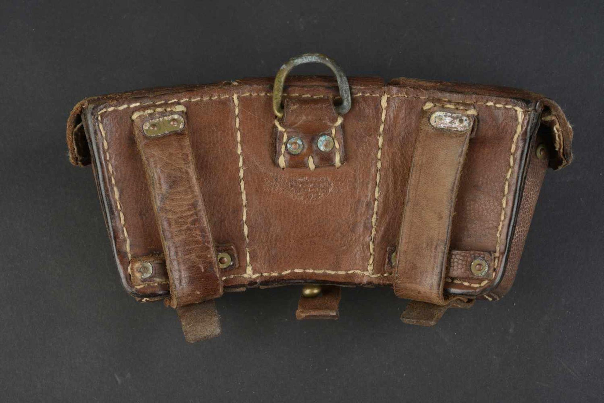 Cartouchière datée 1914 En cuir grenelé marron, trois compartiments. Fabrication Carl Ackva - Bild 4 aus 4