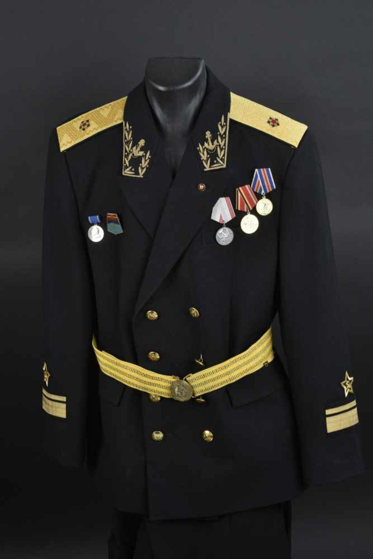 Uniforme de Contre amirale soviétique, année 1975 Vareuse en tissu noir, grades de col brodés en fil