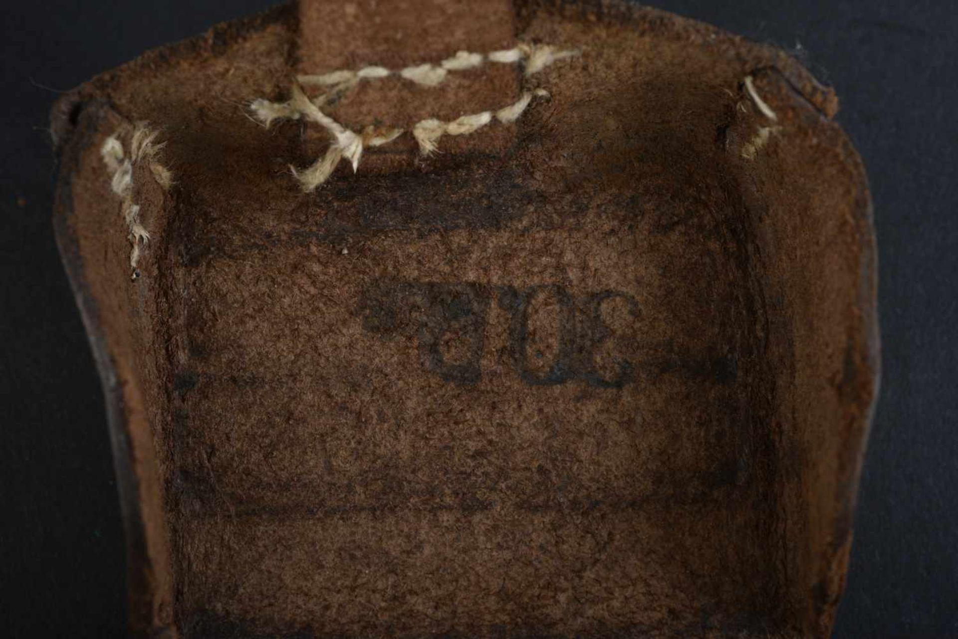 Cartouchière datée 1914 En cuir grenelé marron, trois compartiments. Fabrication Carl Ackva - Bild 2 aus 4