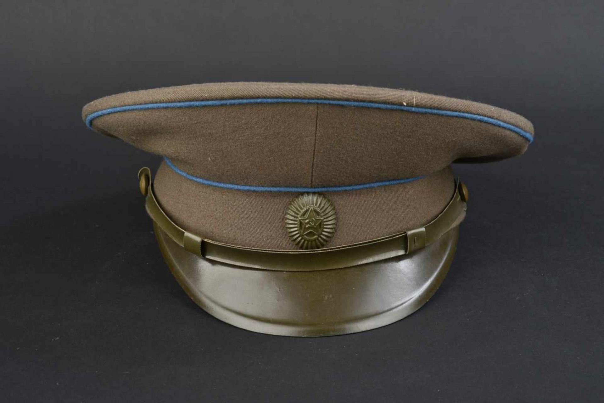 Casquette combat de général soviétique de l'armée de l'air En tissu kaki, double liseré bleu.