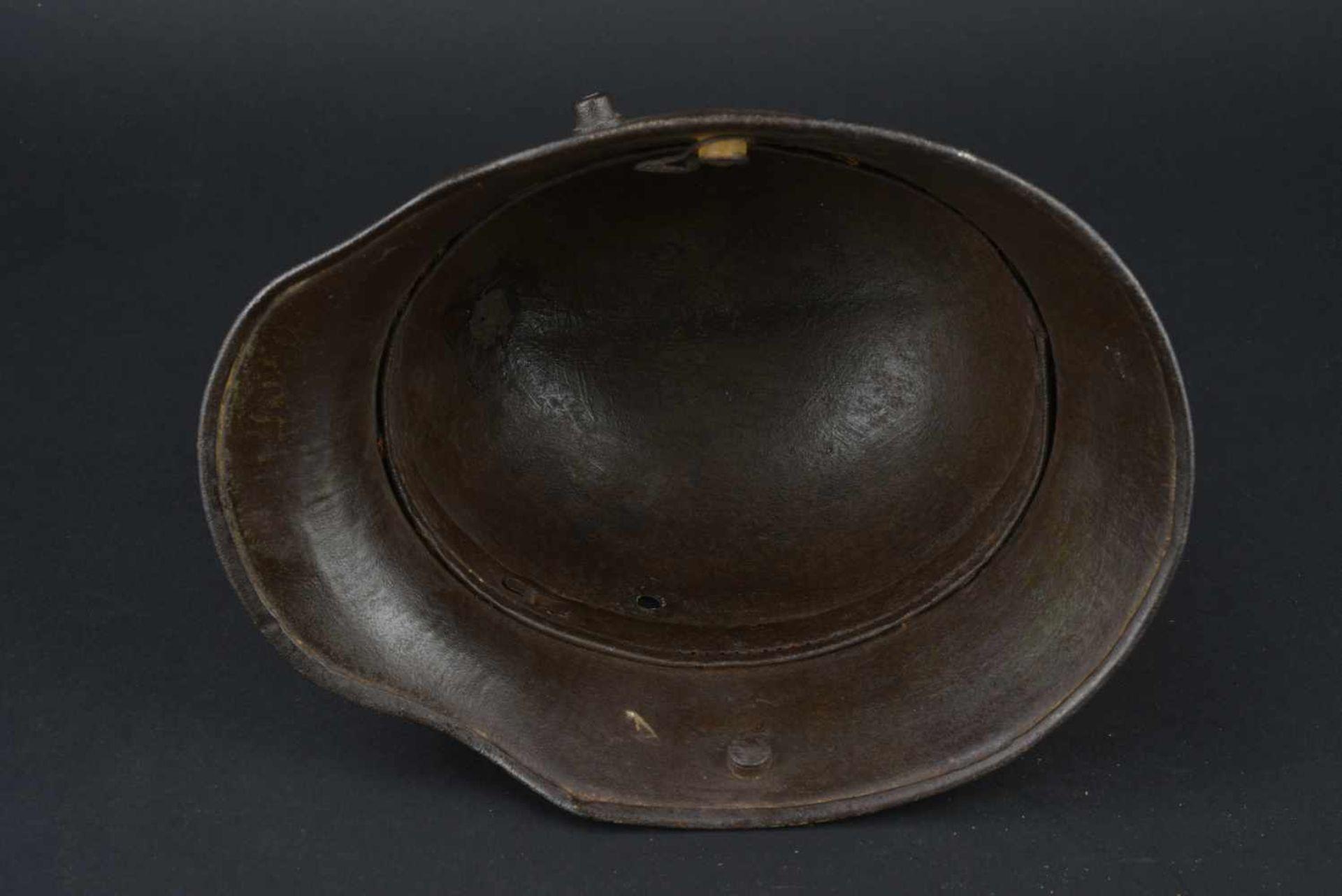 Los 33 - Coque de casque modèle 16 camouflé Coque de casque en métal, modèle 16, fabrication BF 64. Reste