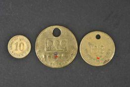 Divers jetons de la Kriegsmarine Comprenant un jeton en métal doré, marqué 18381 MMO17B,