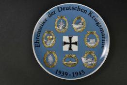 Assiette de décoration de la Kriegsmarine Modèle se fixant au mur. Couleur bleu et insignes très