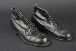 Brodequins réglementaires de la Kriegsmarine En cuir noir lisse, bouts rapportés, quatre œillets