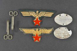 Ensemble d'accessoires d'uniforme de l'artillerie côtière Comprenant deux crochets de ceinturon.