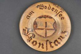 Plat en bois de réserviste En bois sculpté, gravé Konstanz am Bodensee. Diamètre 25,5 cm. A noter