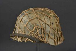 Casque nominatif camouflé et filet de camouflage Modèle 35, fabrication ET 68, numéro de lot