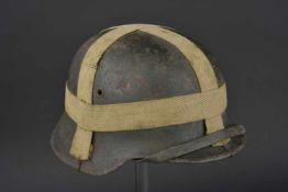 Casque nominatif avec accessoires de camouflage Modèle 40, fabrication ET 64, numéro de lot 242.