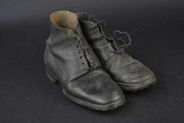 Brodequins type allemand En cuir noir lisse. Sept œillets de laçage. Les lacets en cuir sont