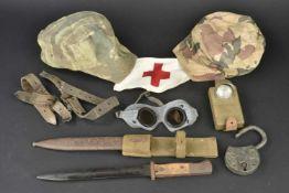 Ensemble d'équipements militaires divers Comprenant un morceau de sangle en cuir. Un cadenas en