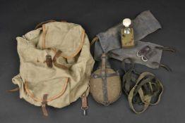 Ensemble d'équipement allemand Comprenant un sac à dos en toile ersatz et cuir fauve, daté 1943 et