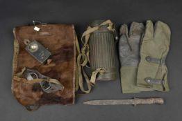 Ensemble d'équipement allemand Comprenant une baïonnette Mauser 98K de fouille. Une paire de gants