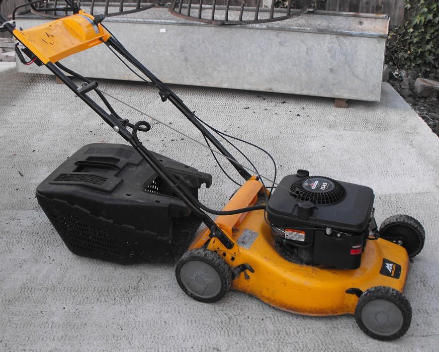 Lot 5 - A Briggs & Stratton ES45 petrol lawn mower.