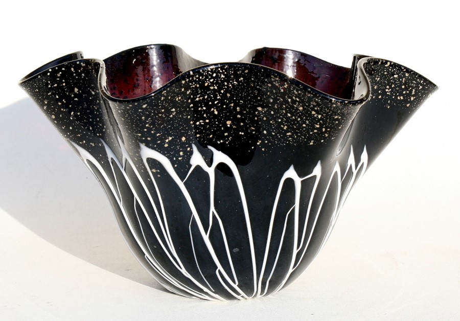 Lot 14 - An Art glass handkerchief vase, 28cms (11ins) diameter.