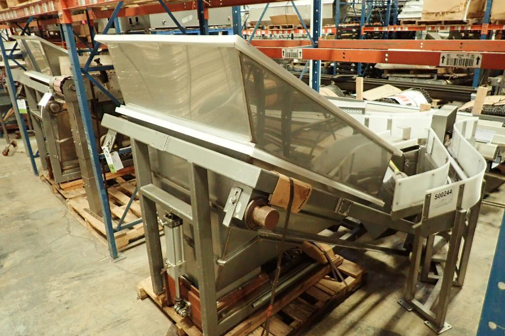 Lotto 121 - Poly feed hopper {Located in Indianapolis, IN}