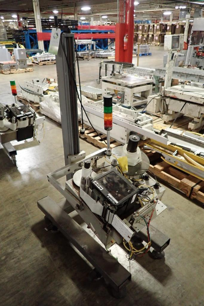 Lotto 83 - Sato printer/labeler M-8485Se with stand {Located in Indianapolis, IN}