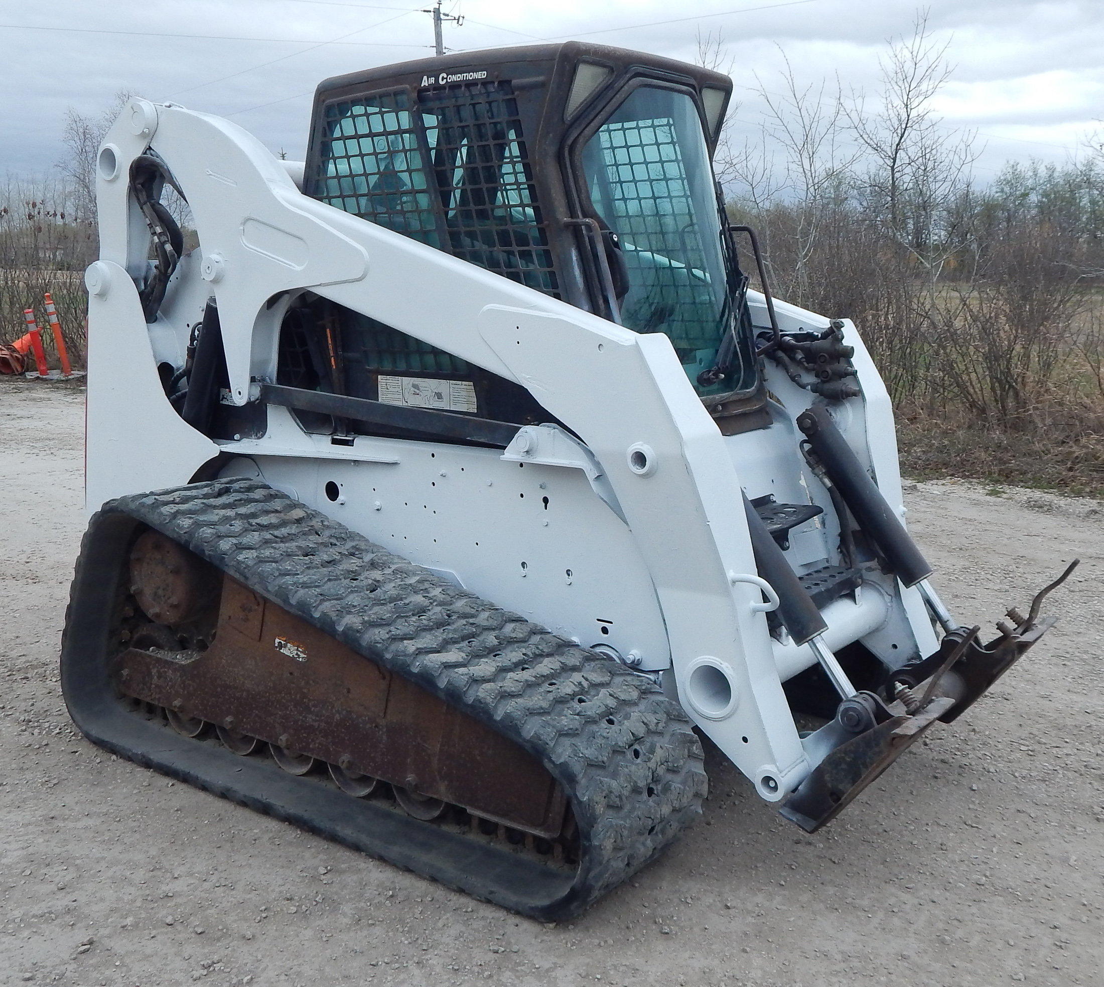 Lot 1 BOBCAT 2007 T320 SKID STEER WITH INLINE 4 TURBO DIESEL ENGINE