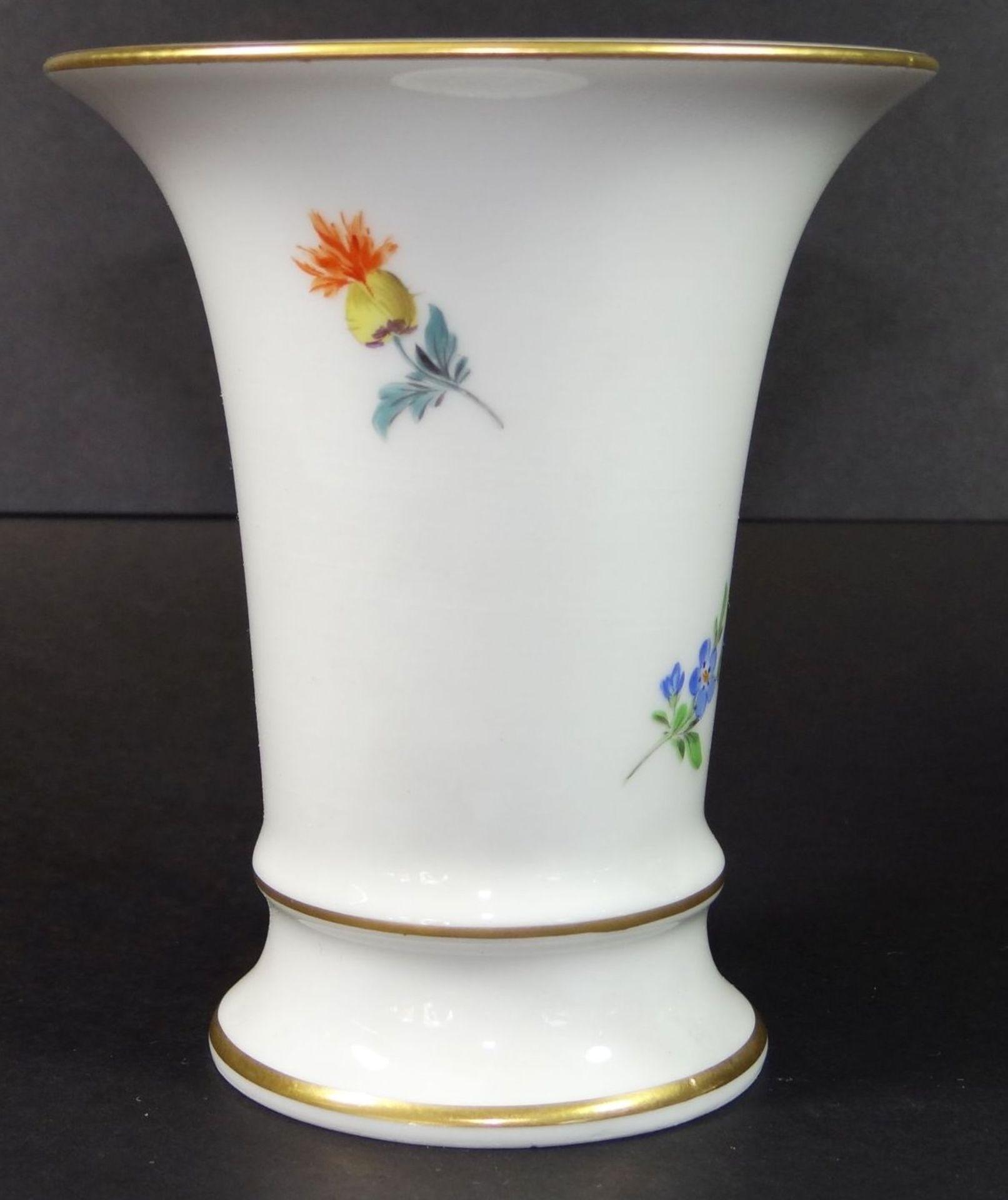 """Los 1040 - kl. Vase """"Meissen"""" Blumenmalerei, H-10 cm, Schwertermarke durchschliffen"""