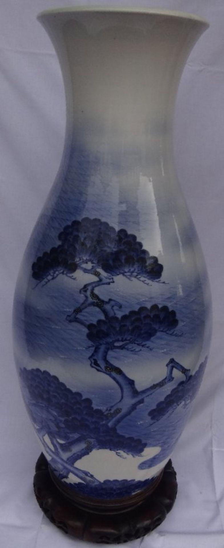 Los 1018 - hohe Bodenvase, China, Landschafts-Blaumalerei, wohl 19.Jhd., auf 2-teiligen Holzsockel, H-90 cm,