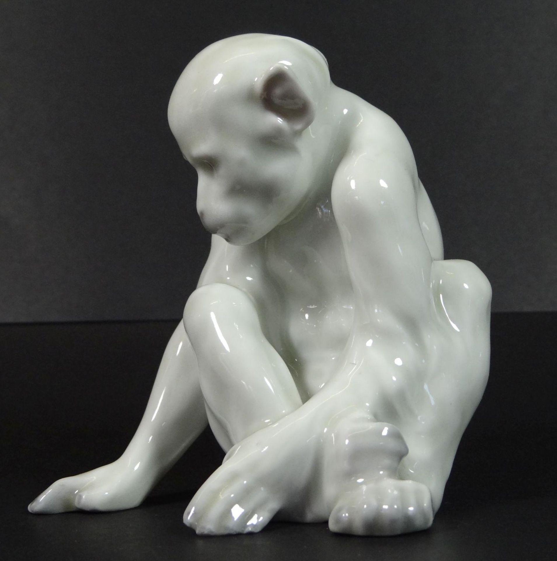sitzender Affe, Weissporzellan, H-10 cm - Bild 2 aus 5