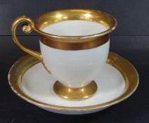 """Tasse mit U.T., """"Fürstenberg"""" um 1820, Goldstaffage, Tassenstand Unterseite Abplatze"""
