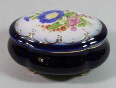 """kl. ovale Deckeldose, Kobalt, Deckel mit floraler Malerei, gemarkt """"PM"""", H-4cm B-11cm."""