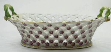 """ovale Korbschale um 1800 """"Wien"""" blaue Bienenkorbmarke, mit aufgesetzten Blüten und Blätter, in Boden"""