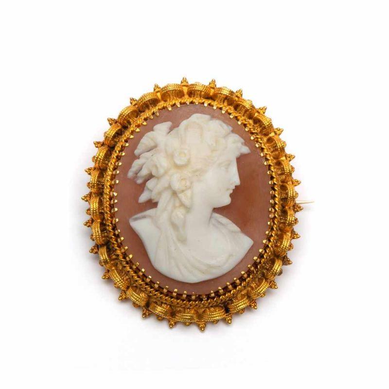 Lot 13 - 14krt. Gouden schelpcameebroche, 19e eeuw,Camee van een dame met bloemen in haar haar. Montuur