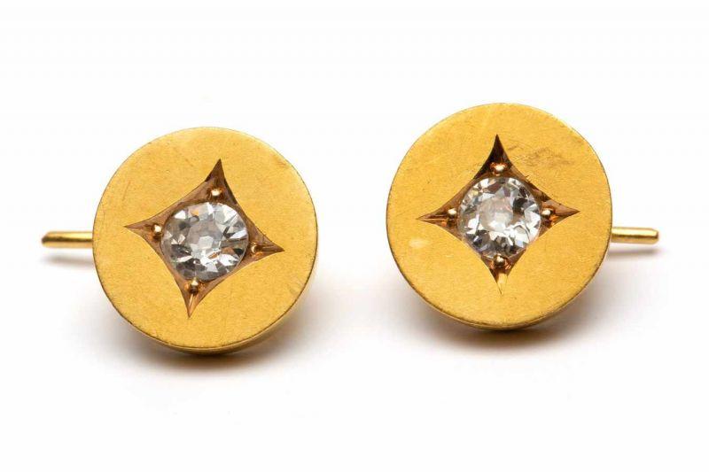 Lot 8 - Paar gouden oorhangersieder met een rondje, gezet met een oud slijpsel diamant, ca. 0,10crt. bruto