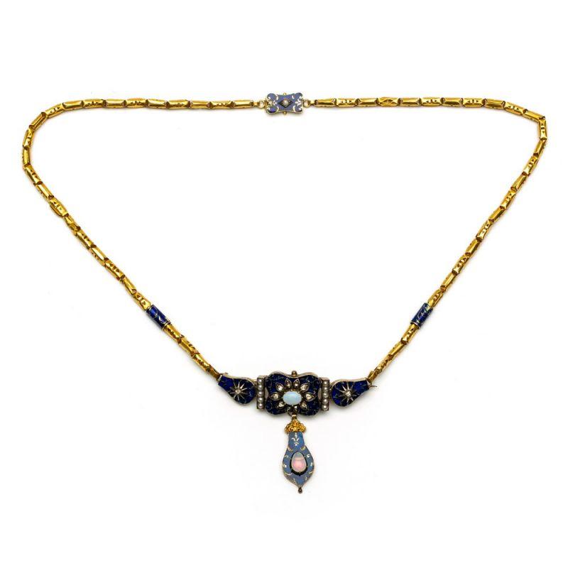 Lot 15 - Gouden collier, 19e eeuw,stijf middenstuk tevens broche. Versierd met blauw emaille en gezet met