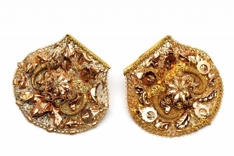 Lot 17 - Paar gouden brochesieder gemaakt van een zgn. strik (van een kap). Versierd met filigrain en