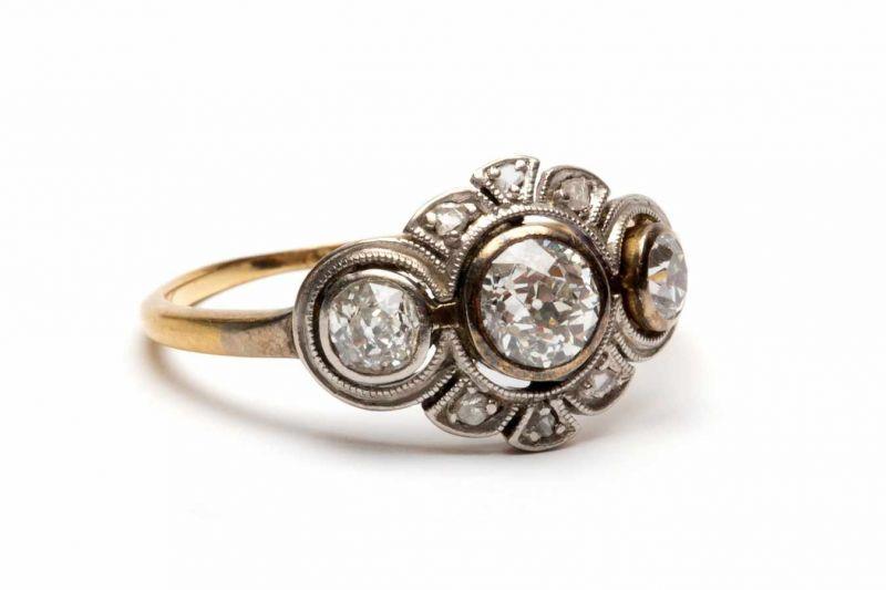 Lot 44 - Gouden ring, ca. 1910,in het midden gezet met drie oud slijpsel diamanten in geschulpte