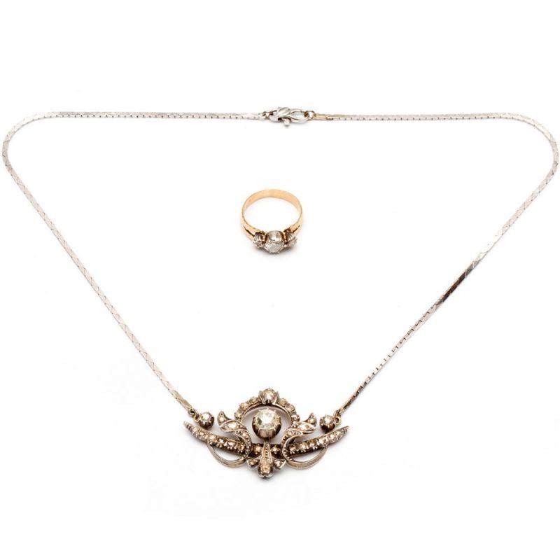 Lot 37 - Zilveren en gouden hanger aan witgouden collierHanger in het midden gezet met een roosdiamant, ca.