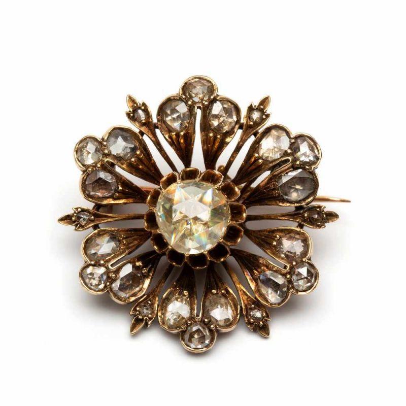 Lot 16 - 14krt. Gouden bloembroche, 19e eeuw,in het midden gezet met een roosdiamant, ca. 0,60crt.
