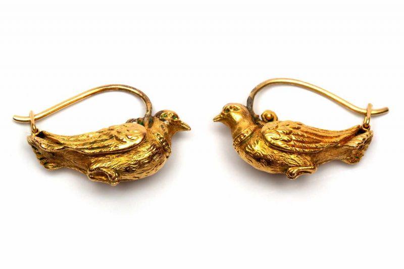 Lot 4 - Paar 14krt. gouden oorhangersin de vorm van een duif bruto 3,2 gr. [2]
