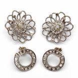 Lot 59 - Paar witgouden oorclips en een paar oorstekersalle gezet met roosdiamanten bruto 15,6 gr. [4]