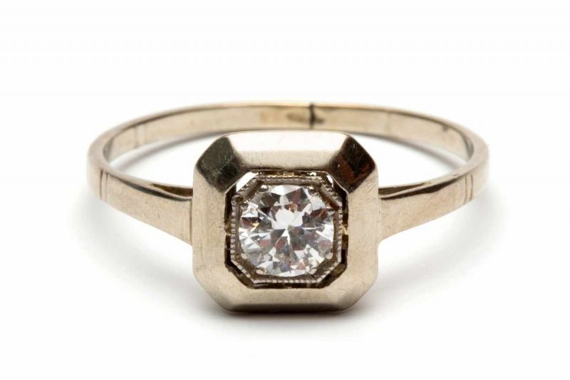 Lot 47 - 14krt. Witgouden solitairringgezet met een briljant geslepen diamant, ca. 0,30crt. bruto 1,4 gr.