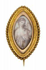 Lot 7 - Gouden broche tevens hanger, 19e eeuw,in het midden een grisailleschildering van een jonge dame. Met