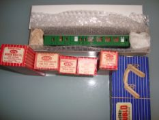 OO GAUGE - A group of mostly boxed Hornby Dublo wa