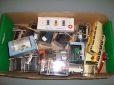 HO GAUGE - A group of HO scale cars, vans and buse