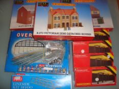 OO GAUGE - A quantity of building kits and accesso